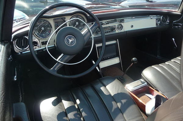 1969_Mercedes-Benz_280_SL_-_interior_(9040945606)